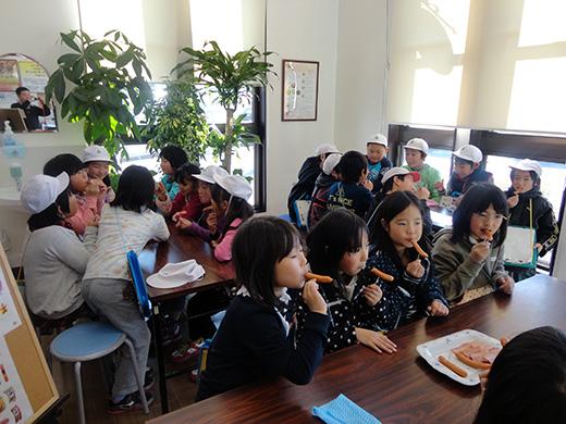 ハム工房都路店内小学3年生の社会科見学会の様子